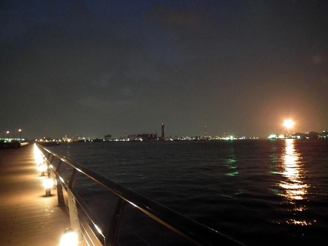 潮風デッキから、対岸の浮島コンビナートのフレアスタック夜景