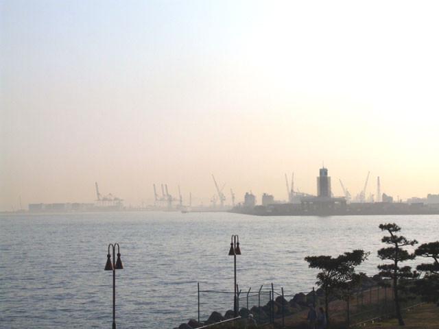 大黒埠頭海づり公園から横浜シンボルタワー方面を望む