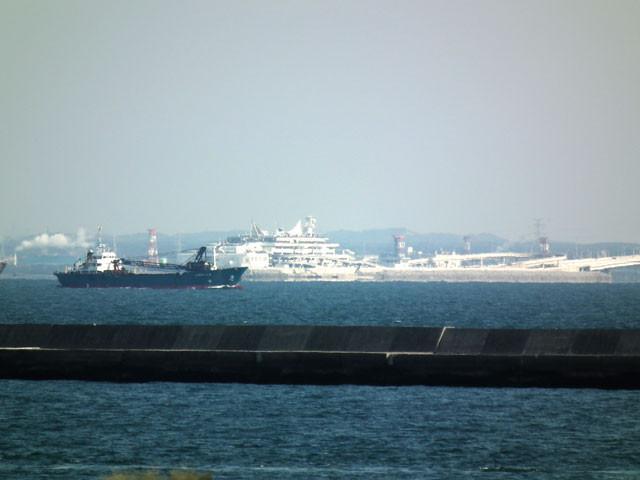 東側展望台から見た東京湾アクアラインの海ほたる