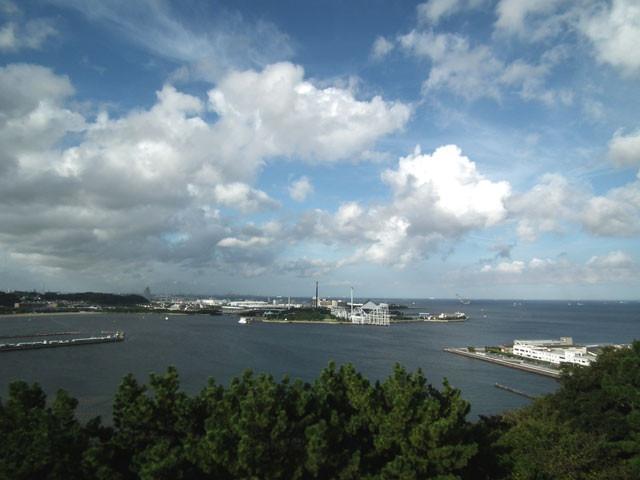 展望台から八景島シーパラダイス、東京湾方面を眺める