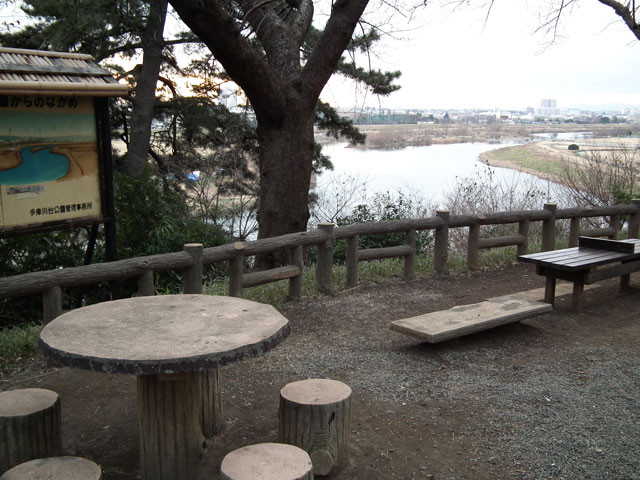 多摩川を見下ろす広場には、随所にベンチやテーブルがあります