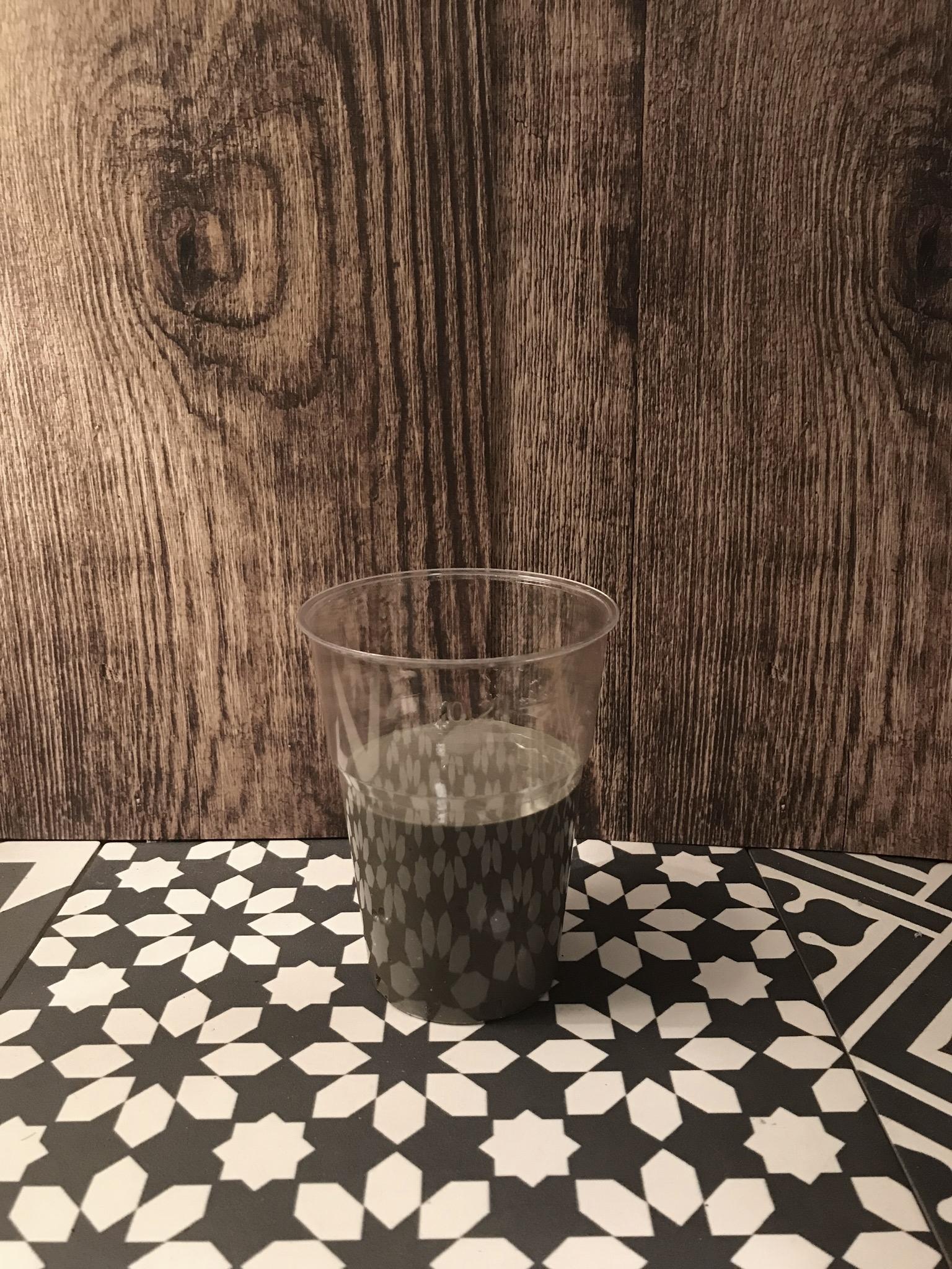 Mélangez le béton et l'eau et remplissez de moitié votre verre