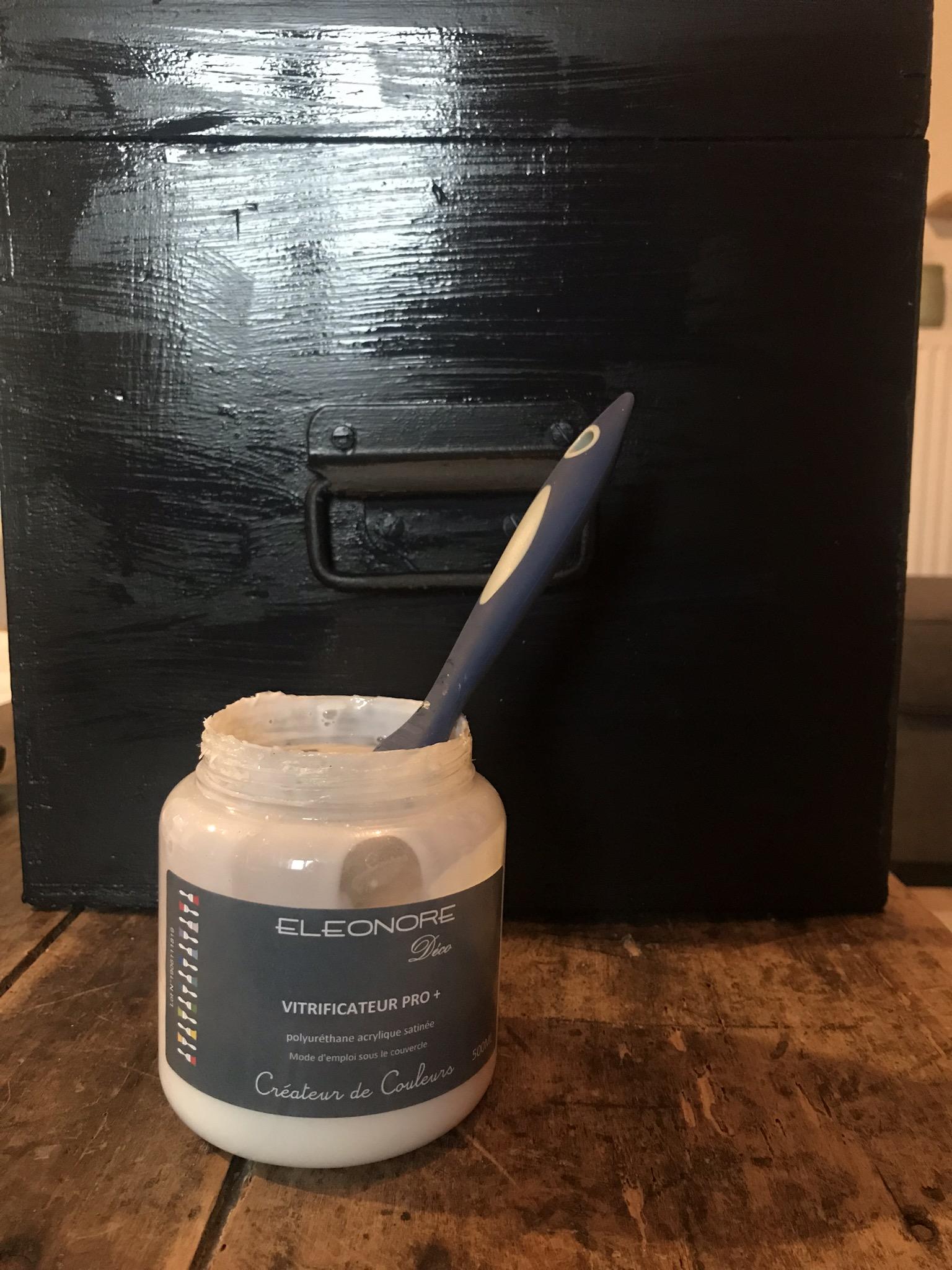 Application du vitrificateur sur l'ensemble de la boîte (hors rouille)