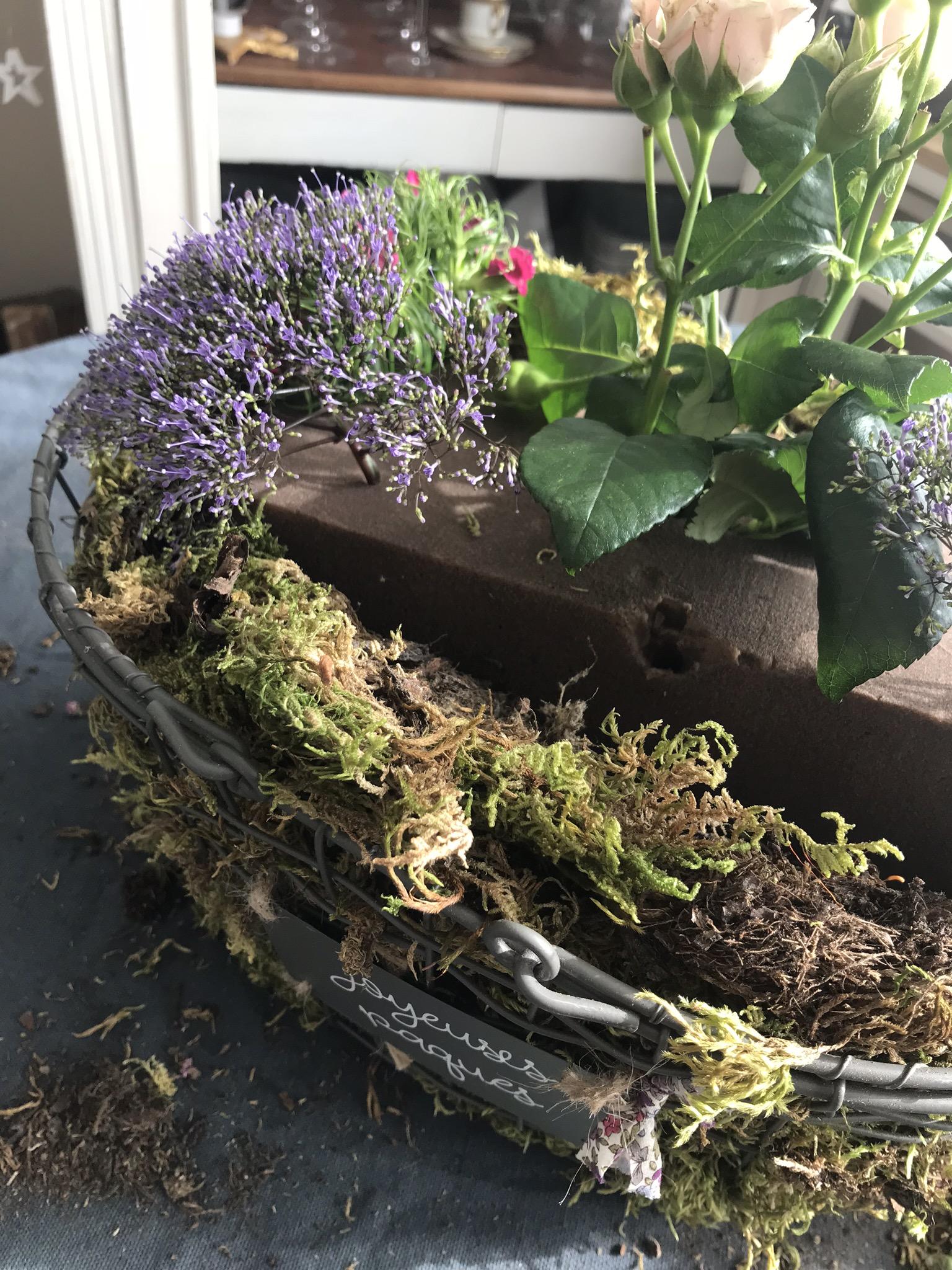 Enfoncer les tiges des fleurs dans la mousse humide