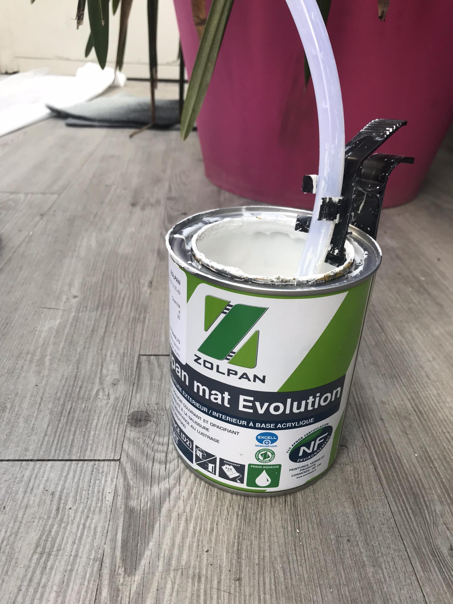 Placer le tuyau du pistolet dans le pot de peinture