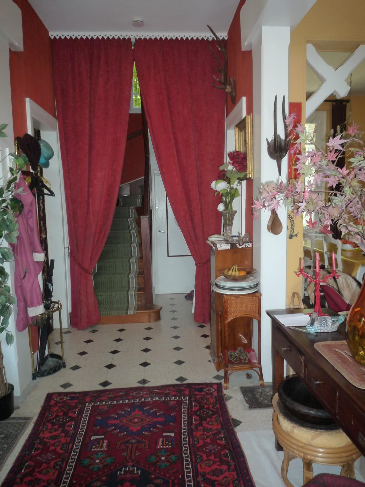 escaliers vus du couloir de l'entrée