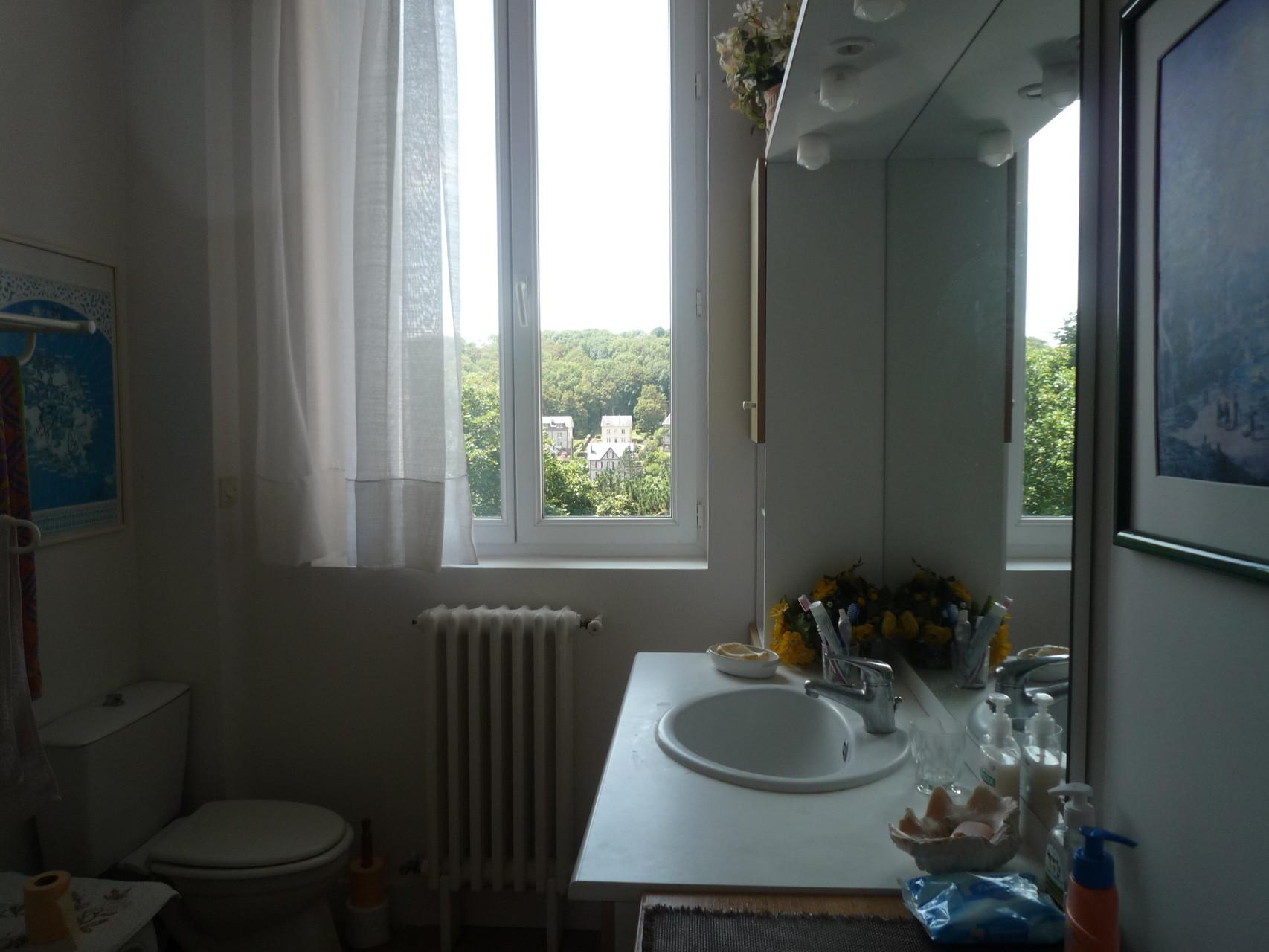 Salle de bain du premier étage, équipée de toiellettes et d'une douche, non visibles sur la photo