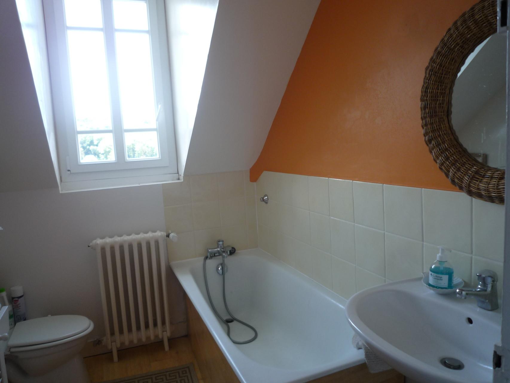 Salle de bain du deuxième étage, équipée de toilettes et d'une baignoire