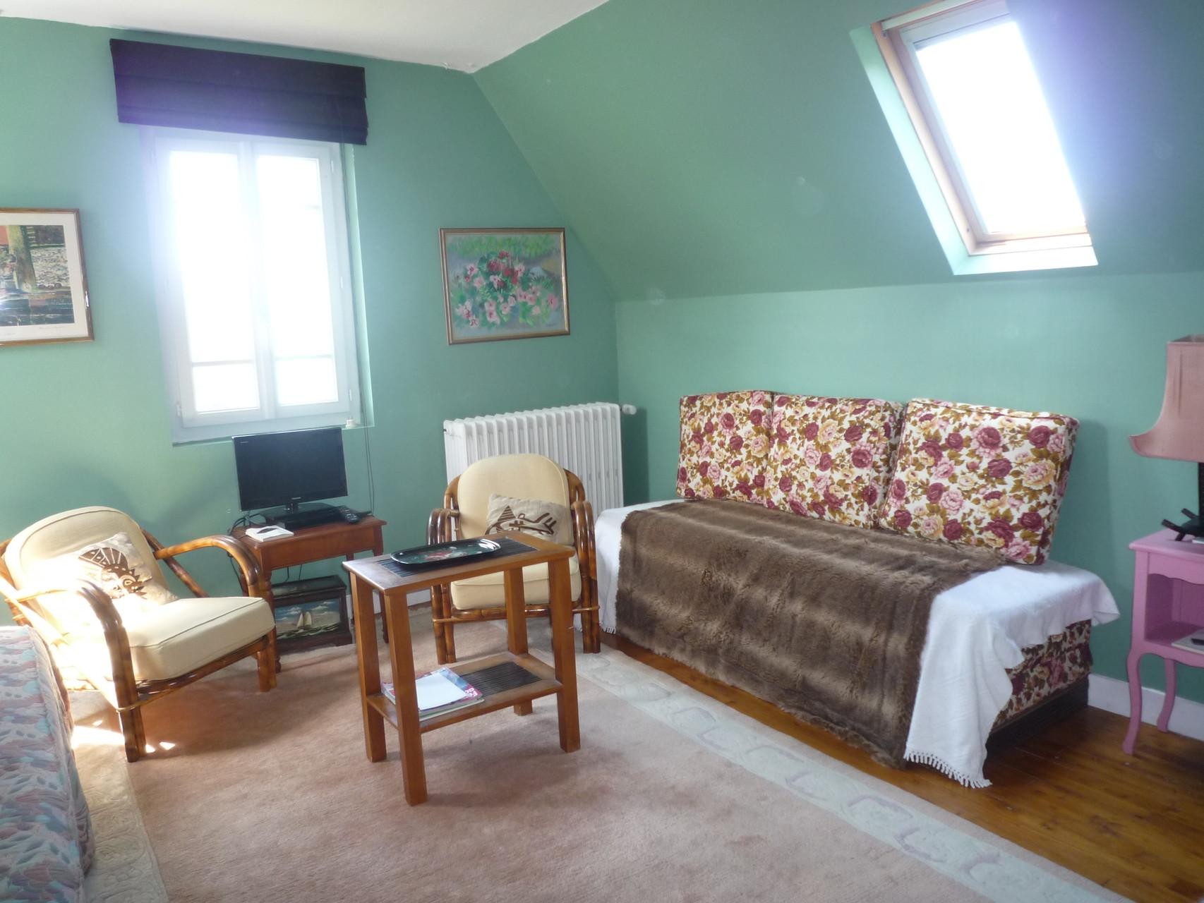 Chambre à trois places, au deuxième étage, un lit simple et un lit double