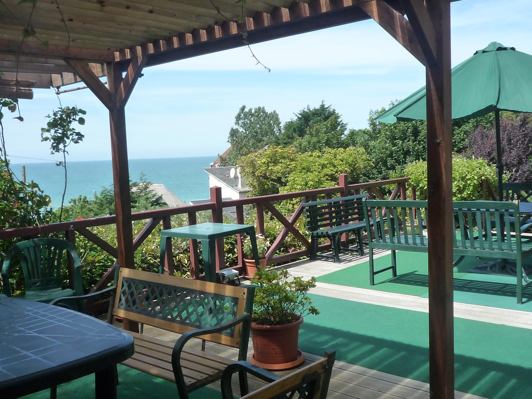 Vue sur la mer depuis la salle à manger de terrasse, abritée et situaée sur une terrasse de 50m²