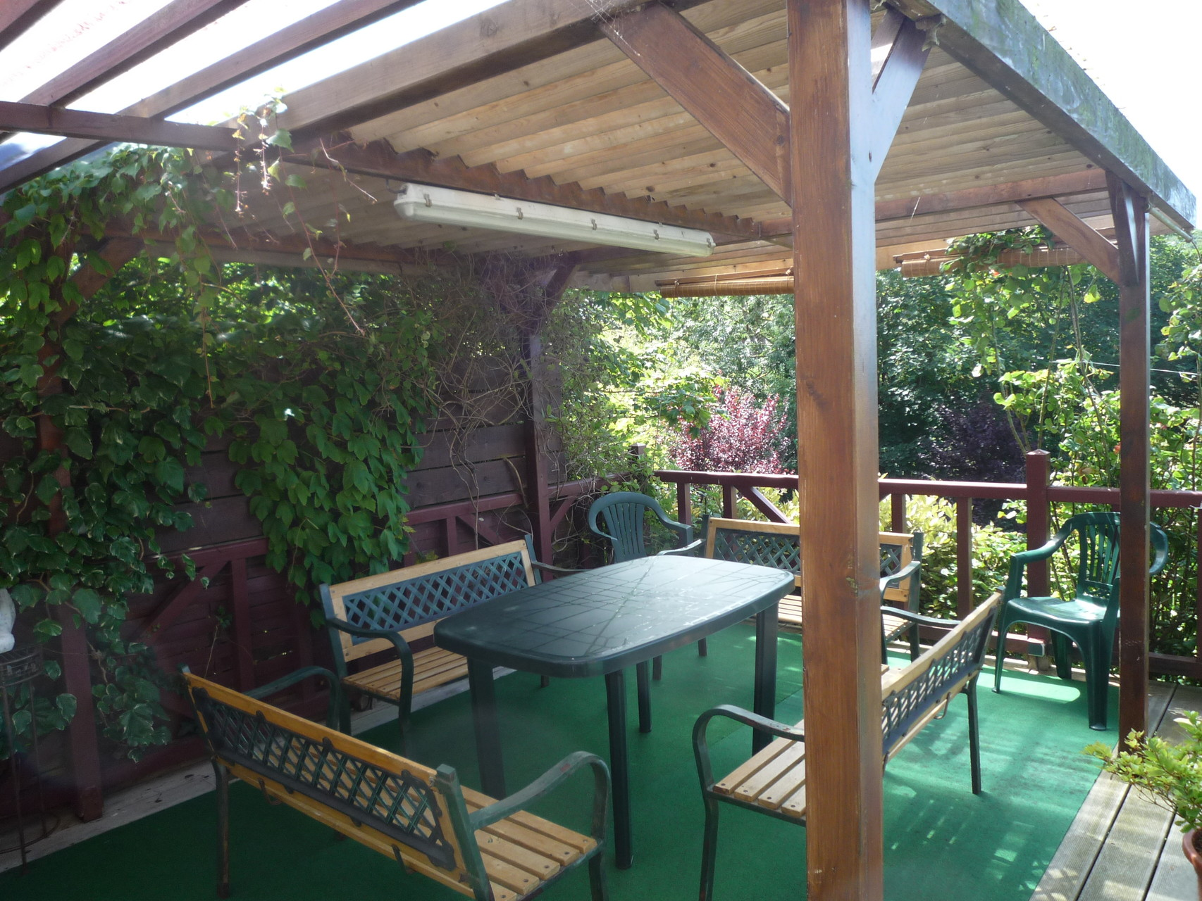 La salle à manger de terrasse, abritée et située sur une terrasse de 50m²