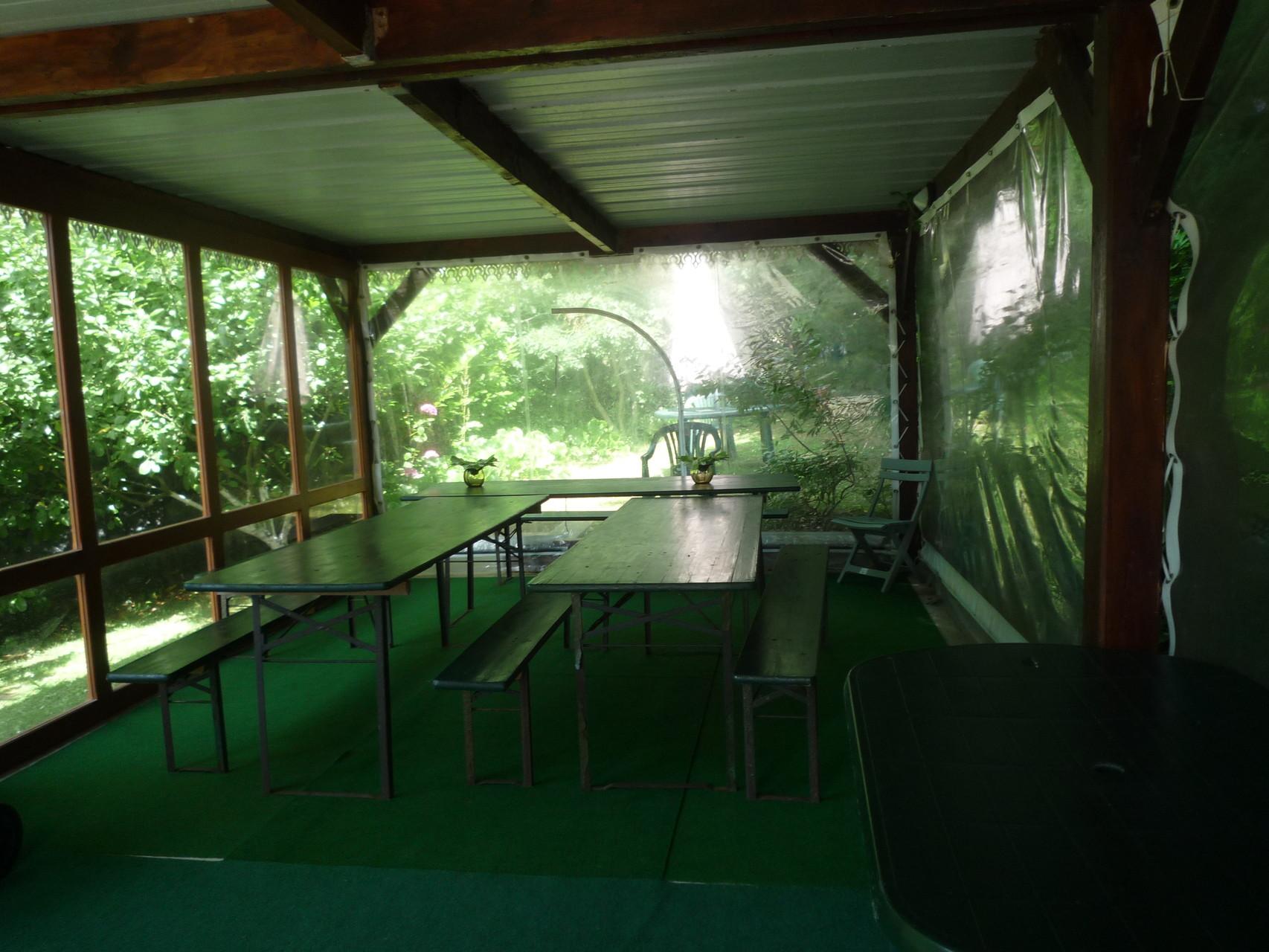 L'intérieur du préau, aménagé pour recevoir des invités lors de dîners ou cocktails