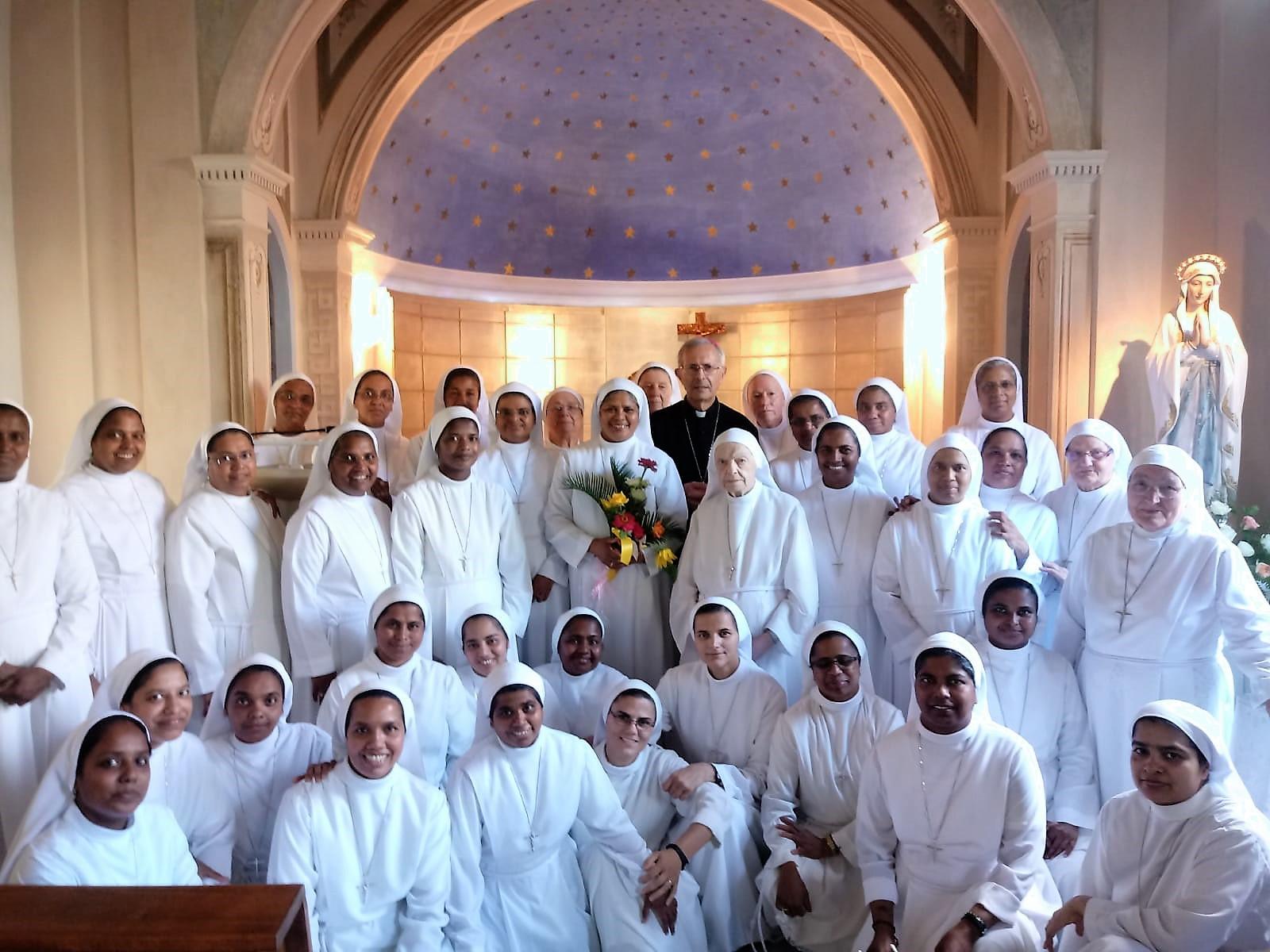 Gruppo di Suore insieme la Nuova Madre Generale e Arcivescovo di Pisa S.E. Mons. Giovanni Paolo Benotto