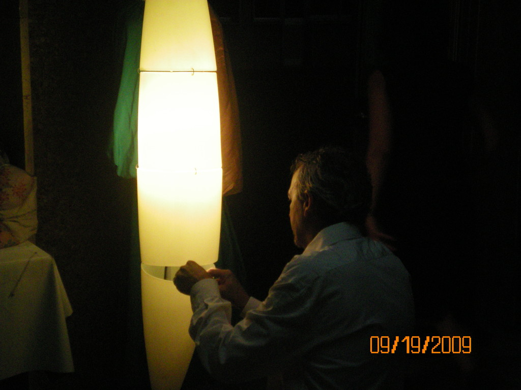 Il direttore sistema le luci per la serata...