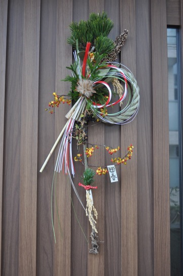 8,リューカデンドロ 高さ約70cm、幅約25cm ¥3000(販売中) 寿松、しめ縄、リューカデンドロ、ツルウメモドキ、ガマズミ、稲穂、ヒカゲノカズラ