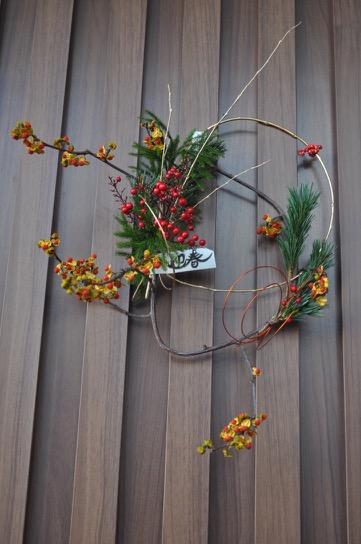 2,迎春 シンプルな輪のお飾り 高さ約40cm、幅約30cm¥2000(販売中) 五葉松、ツルウメモドキ、ヒカゲノカズラ、南天