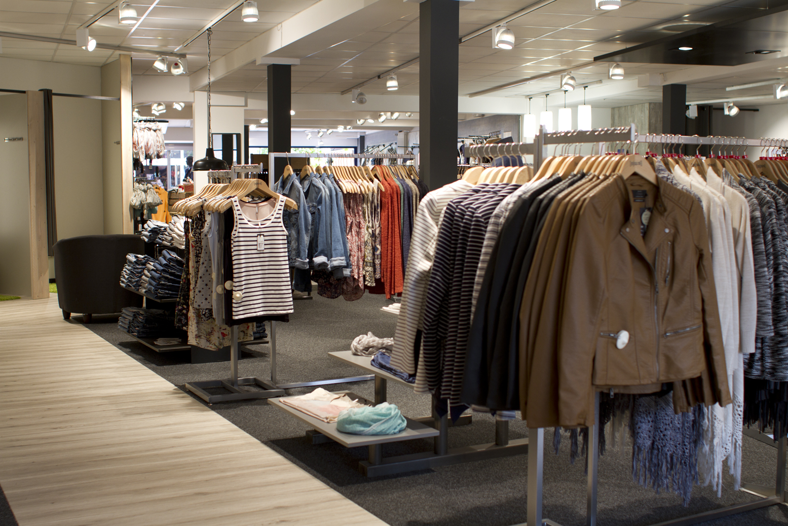 Vom Top bis zur Jacke, Mode für Frauen oder Männer, das Sortiment bei NJU:S ist so vielfältig wie die Farbe eines Chamäleons.