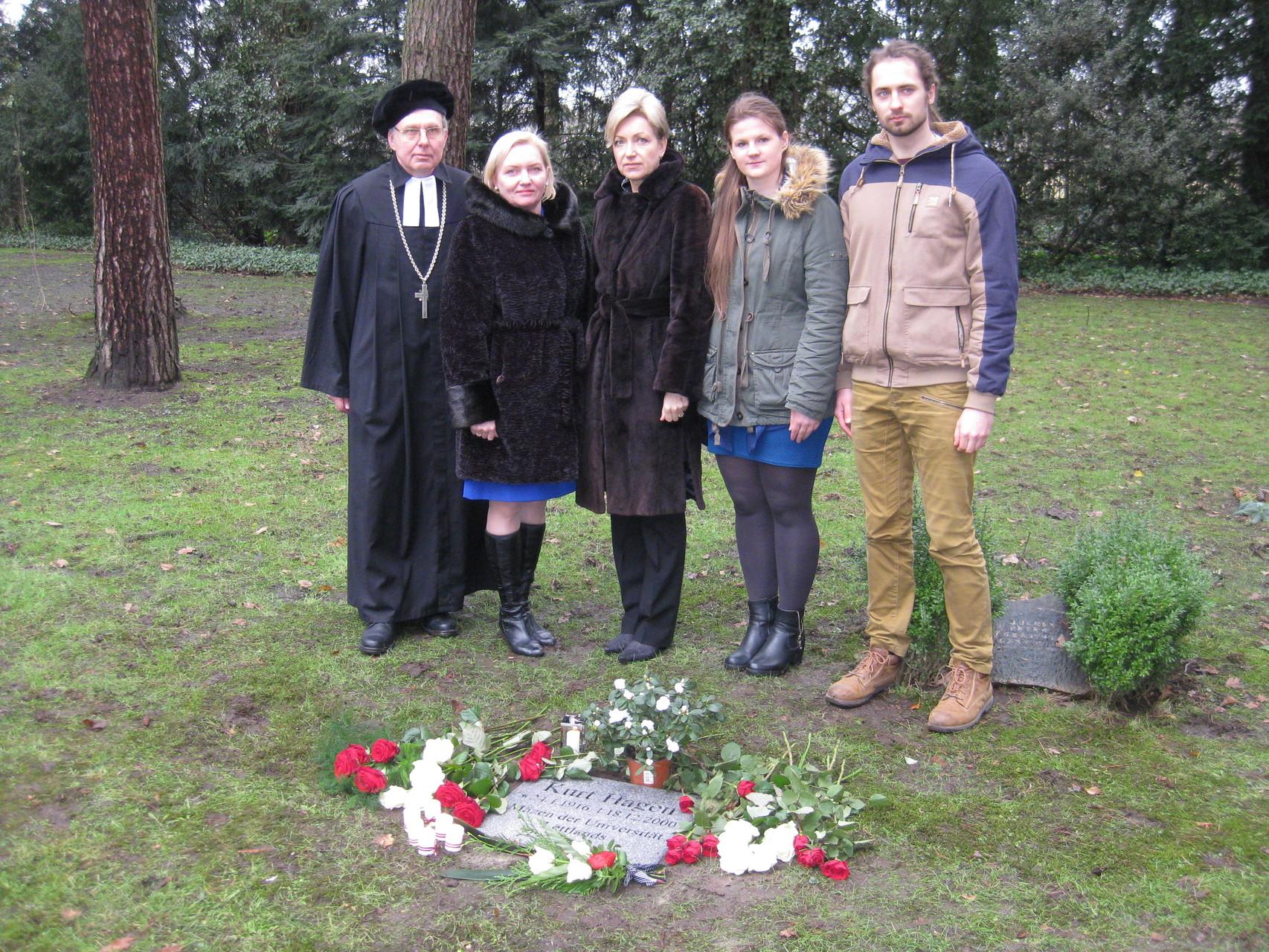 Pie Kurta Hāgena kapa: Elmārs E. Rozītis, Laila Kundziņa, Elīna Kuzma, stipendiāti Elīna Didrihsone un Toms Rēķis