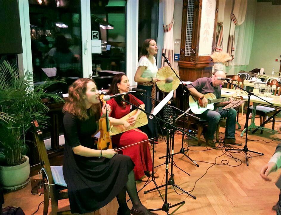 Berlīnes danču muzikanti - Rozīte Katrīna (vijole), Vinija (kokle), Zanda (bungas), Andris (ģitāra)