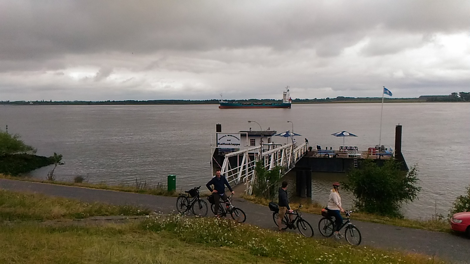 Lietus un nomākušās debesis ir diezgan tipiska parādība un jo īpaši brīvdienās, kad dodamies ar riteņiem :)