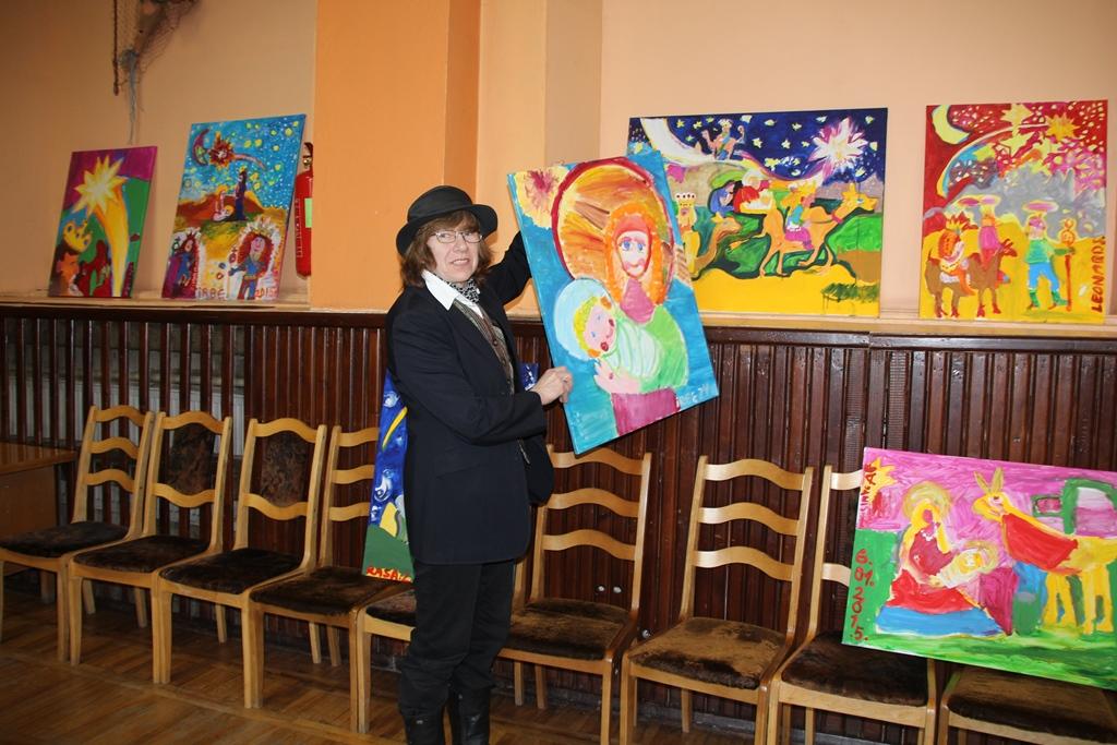 """Īra vērtējot bērnu zīmējumus konkursā """"Zīmējam bībeli"""". Foto: rundale.lv"""