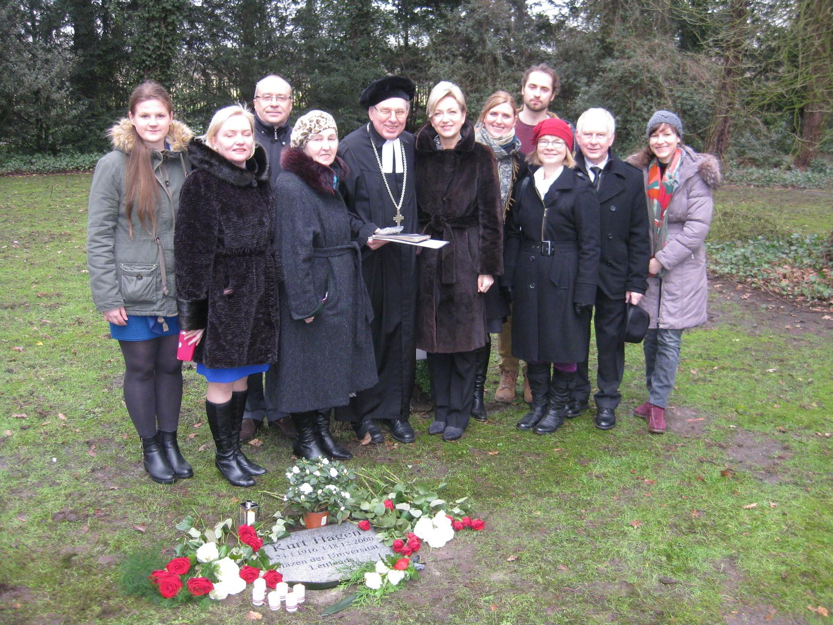 Piemiņas sarīkojuma dalībnieki pie Kurta Hāgena kapa