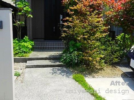 リフォーム後の写真 右側は縦列の駐車スペースとなり、生垣の向こうには庭空間がうまれた