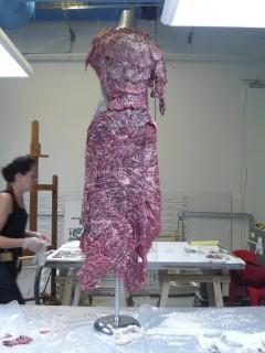 Vanitas - Robe de chair pour albinos anorexique de Jana Sterbak est refaite régulièrement par le Musée national d'art moderne selon un patron et des instructions précises.
