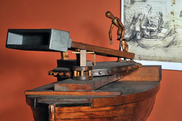 Barque équipée d'un mortier tournant. Instable, l'engin se renverserait au premier coup tiré.  (Alain Germond, Musée d'histoire naturelle de Neuchâtel)