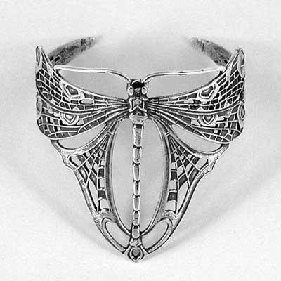 René Lalique, bague Libellule, vers 1900. Une nouvelle technique apparaît avec l'électro-plaquage des métaux. Par une réaction chimique et électrique, une couche de métal est déposée sur une autre.