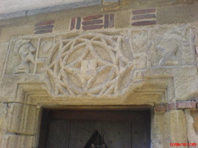 Un linteau dans le bourg de Saint-Benoit-du-Sault.