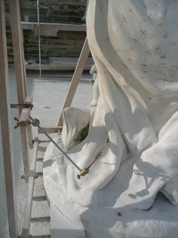 Observez les petites croix pour reproduire les moindres plis du drapé.