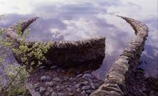 Andy Goldsworthy, Sans titre, pierre de granit sèche, 160x380cm.