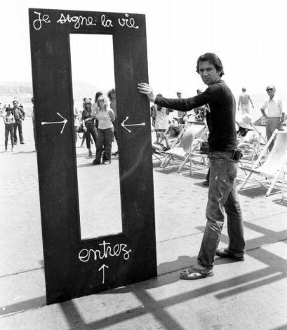 JE SIGNE LA VIE. Première date de réalisation : 1962. DESCRIPTION : Toute personne qui passe à travers  ma porte, devient oeuvre d'art. LIEU : Promenade des Anglais,  NICE.