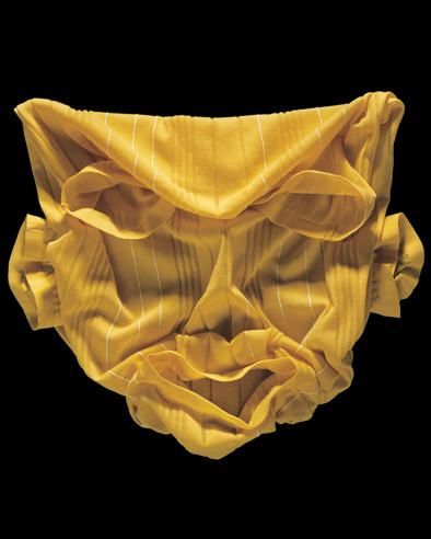 L'artiste contemporain Paul Gaves travaille également à partir d'objets du quotidien en jouant sur les ombres et les lumières pour produire dans cette photographie un visage expressif.