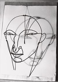Photographie de Marc Vaux du Portrait d'Amédée Ozenfant réalisé en fil de fer par Alexander Calder en  1930. Epreuve moderne réalisée d'après plaque de verre, 24 x 18 cm Paris, Centre Pompidou, Bibliothèque Kandinsky, fonds Marc Vaux.