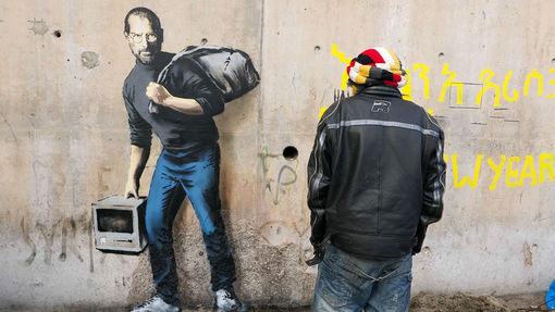 """Le pochoir représentant Steve Jobs et intitulé """"le fils d'un migrant syrien""""• Crédits : Banksy"""