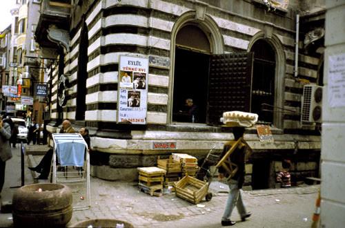Invader (au-dessus des cageots) au Borusan Art Center d'Istanbul en septembre 2003. Cliquez sur l'image pour en voir plus.