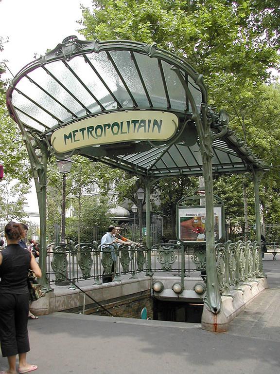 Les entrées du métro de Paris ne s'oublient pas quand vous les voyez. Hector Guimard les a réalisées en 1900.
