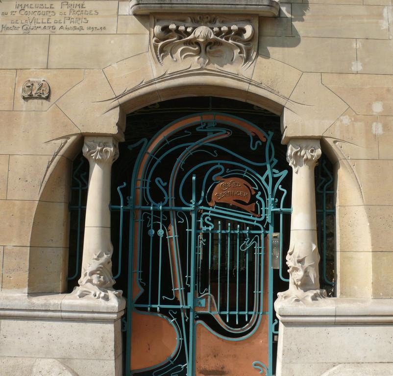 Le Castel Béranger au n° 14, rue La Fontaine dans le 16e arrondissement de Paris, a rendu Hector Guimard célèbre en 1898. D'extérieur, vous pouvez apprécier un mélange harmonieux entre la pierre taillée et la ferronnerie.