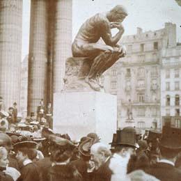 Photographie de Marcel Hutin lors de l'inauguration du Penseur devant le Panthéon en 1906.