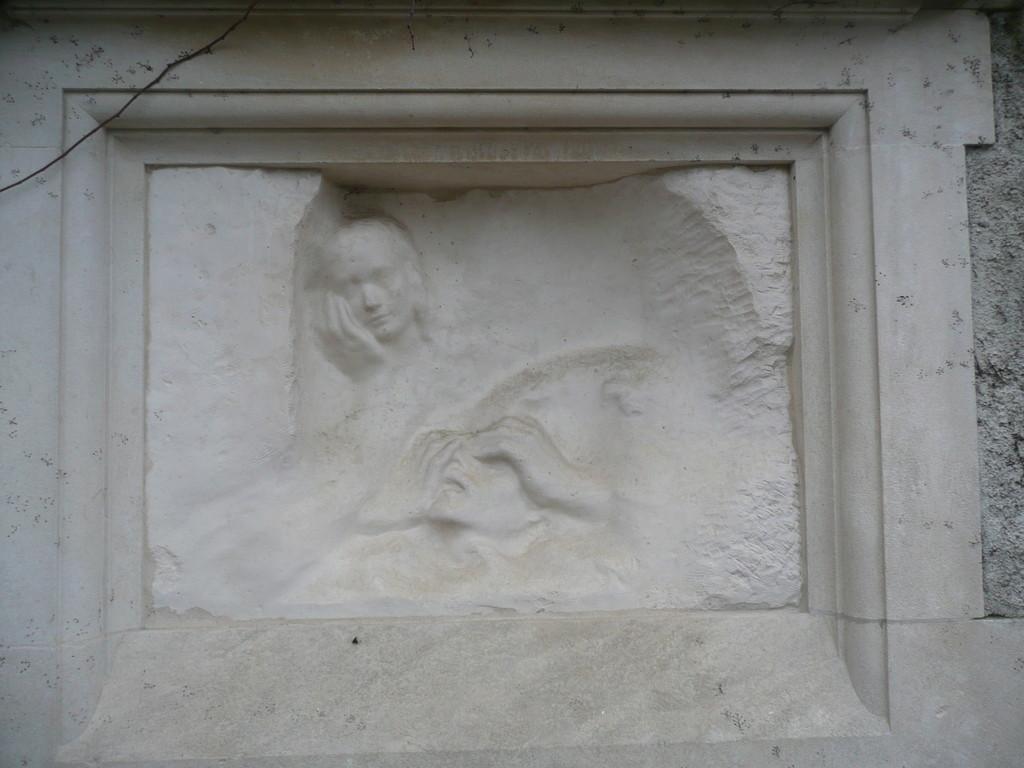 Remarquez le contraste entre les surfaces lisses et rugueuses, comme si l'artiste laissait apparaître la pierre brute sur les côtés.