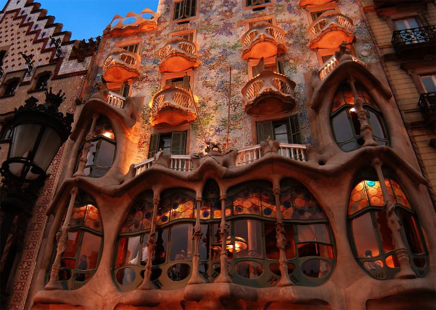 La Maison Batlló inventée par Antoni Gaudi à Barcelone en 1906 donne un exemple d'un mélange incroyable entre différents arts, comme avec l'Hôtel Tassel à Bruxelles.