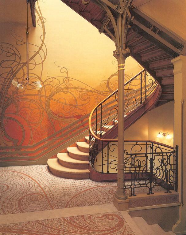 Victor Horta, architecte belge, invente l'Hôtel Tassel à Bruxelles entre 1892 et 1893. Architecture intérieure mélangeant la ferronnerie, les vitraux, la mosaïque, et la fonderie.