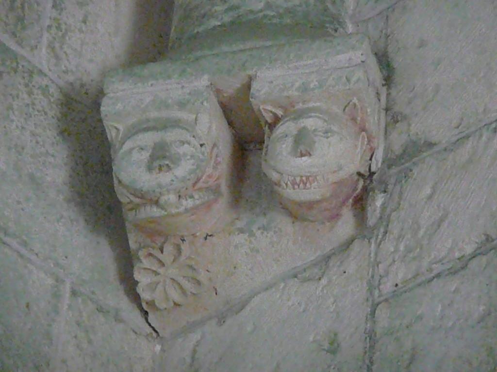 Pierre d'angle dans l'église de Gargilesse.