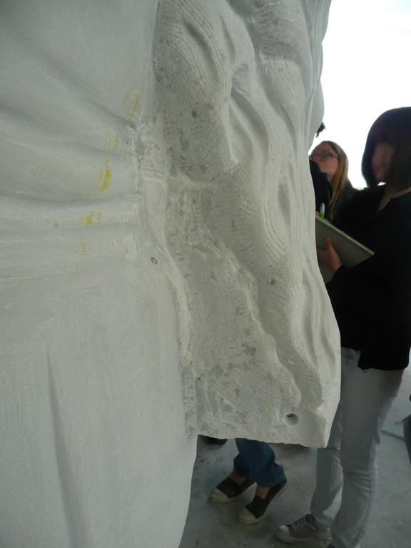 Le sculpteur enlèvera la matière en dessous la tresse sur place pour ne pas qu'elle casse pendant le transport ou la pose.