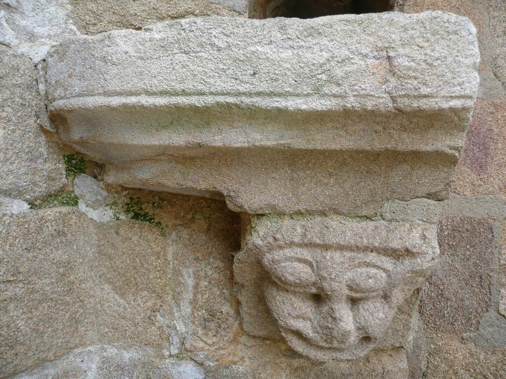 Un tête sculptée dans un corbeau de cheminée dans les ruines de Crozant.