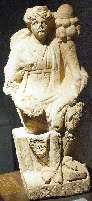 Exemple de l'art celte d'Argentomagus avec cette déesse-mère gauloise en pierre calcaire. Elle porte une corne d'abondance et un patère.