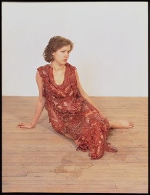 "Jana Sterbak, ""Vanitas, Robe de chair pour albinos anorexique"", 1987"