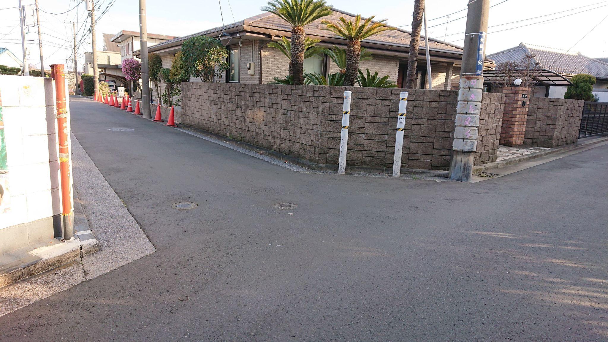 右に曲がった後、最初の角を左ですが、ここまで来られる間にお迎えにあがってお目にかかれるはずです。